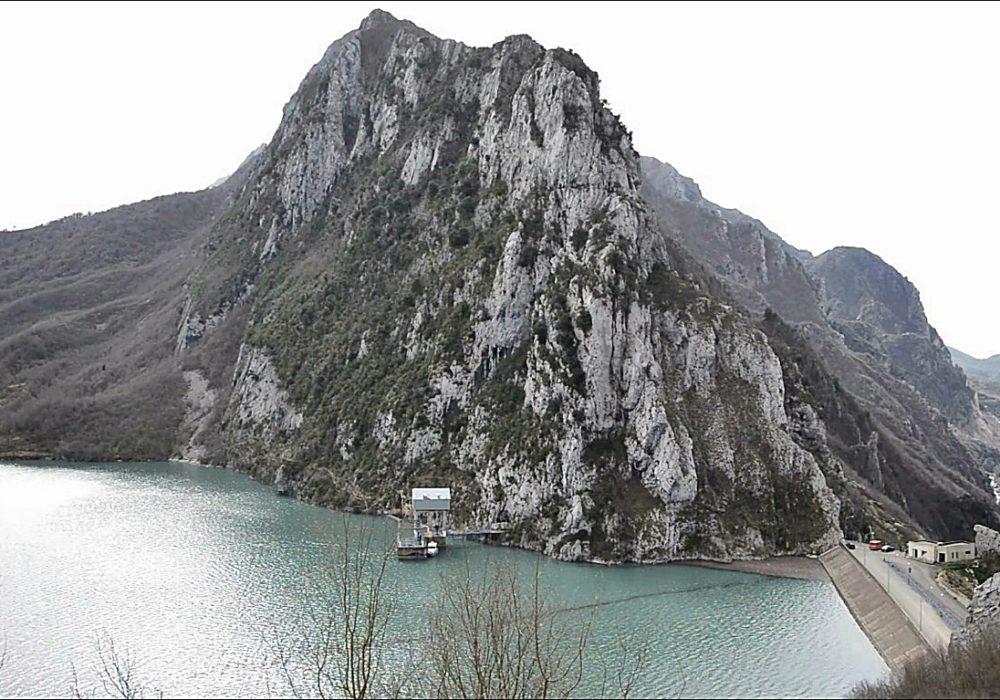 Liqeni i Bovillës, i rrezikuar nga erozioni,  i ndotur nga ujërat e zeza dhe mbetjet