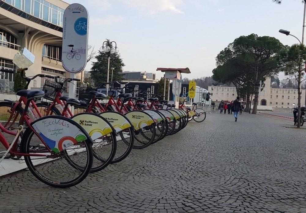 Tiranës i shtohen biçikletat, por jo pa probleme