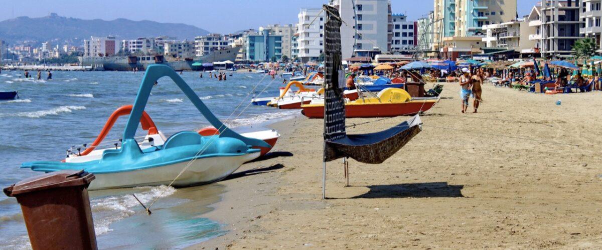 Drejt plazheve, por në kërkim të vrojtuesve të tyre